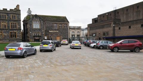 Cars are parking on the flagship square every day.