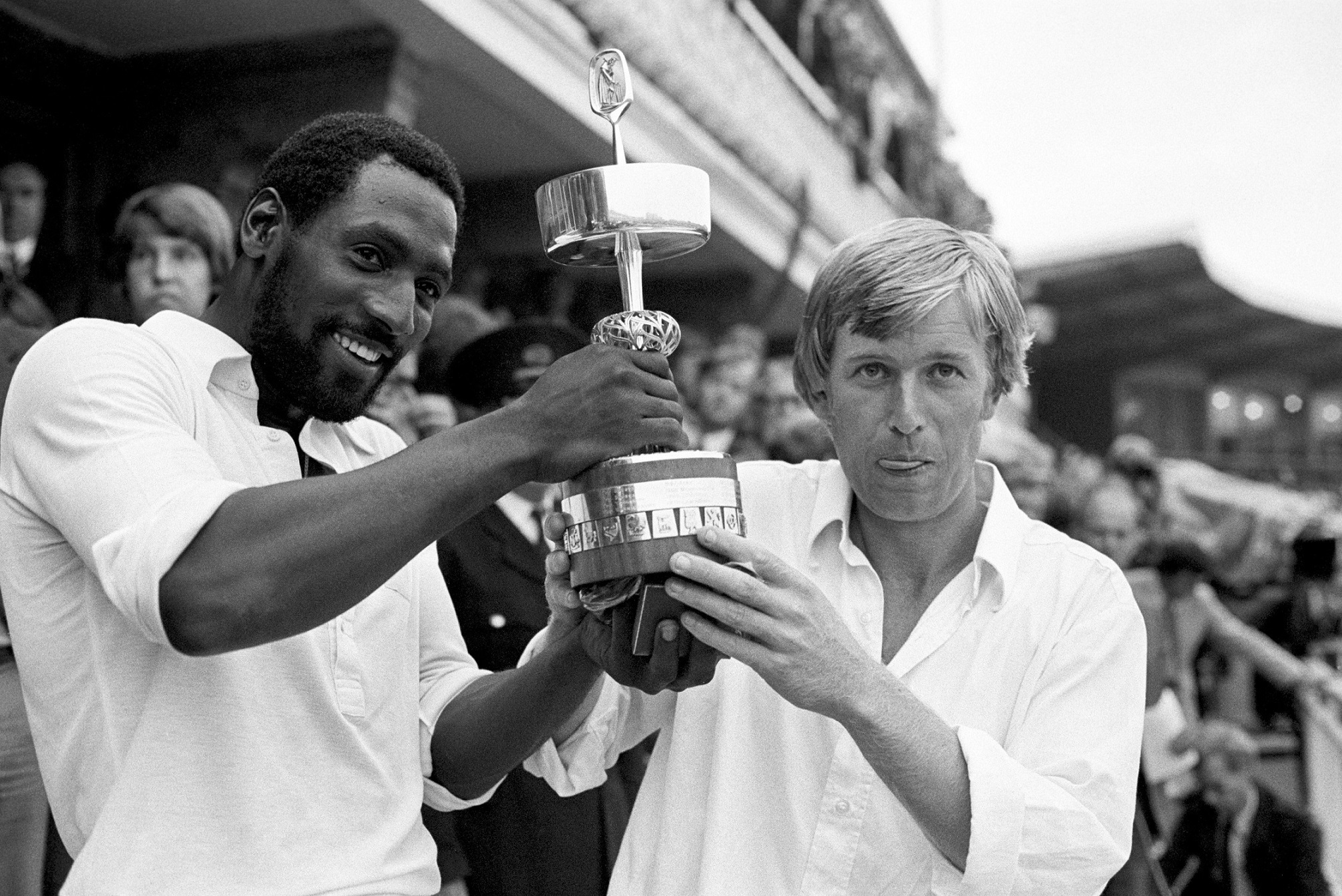 Somerset captain Brian Rose (r) and man of the match Viv Richards (l) hold the Gillette Cup aloft after their 45-run victory